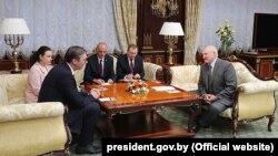 Минск- српскиот претседател Александар Вучиќ денеска се сретна со белорускиот колега Александар Лукашенко