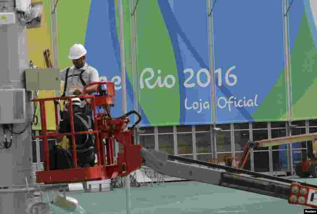 Робочі ведуть ремонт в Олімпійському парку. Будівництво багатьох олімпійських об'єктів завершують в Ріо якраз у ці дні