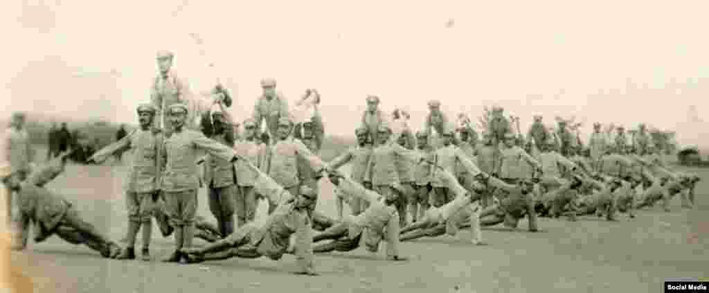 Шинжаңдагы кытайлык режимди колдогон ак гвардиячылардын арасында Кызыл армиянын жоокерлери жана СССР Ички иштер эл комиссариатынын чалгынчылары да болгон. 1930-жж.