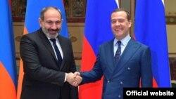 Премьер-министр Армении Никол Пашинян (слева) и Председатель правительства РФ Дмитрий Медведев