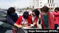 Многодетные у здания акимата. Кызылорда, 4 мая 2020 года.