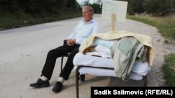 Джемаил Хасанович у дороги близ Сараево. 9 сентября 2014 года.