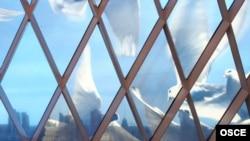Бейбітішілк пен келісім сарайының терезесіндегі көгершіндер бейнесі. Астана, 10 сәуір 2010 жыл.