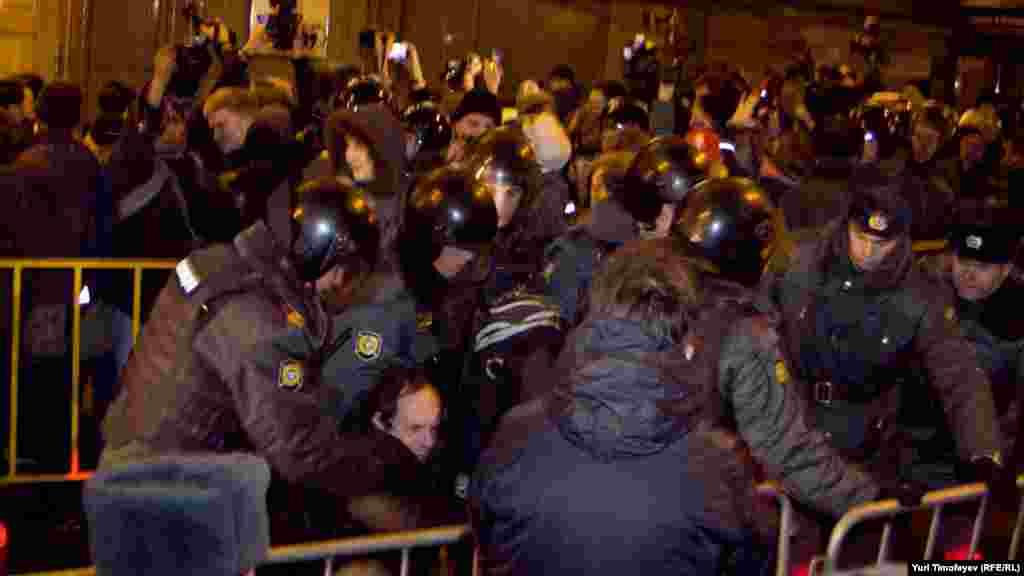 Полиция пресекла попытку граждан устроить несанкционированную акцию против несвободных выборов на Триумфально площади в Москве.