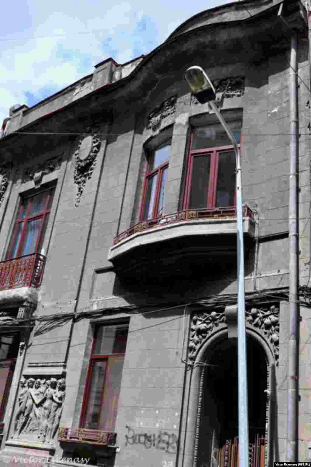 Clădire cu ornamentație Art Noveau pe Str. Sfinților, zona Colțea, București