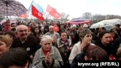 Крымские татары проводят акцию в поддержку закрываемого телеканала ATR. 31 марта 2015 года.