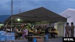 Вечеря під шатром у наметовому таборі. Абруццо, 23 квітня 2009 р.