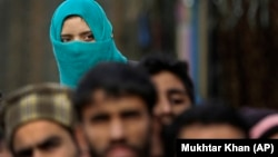 În Kashmirul la o procesiune funerară a unui comandant al rebelilor în regiunea Srinagar