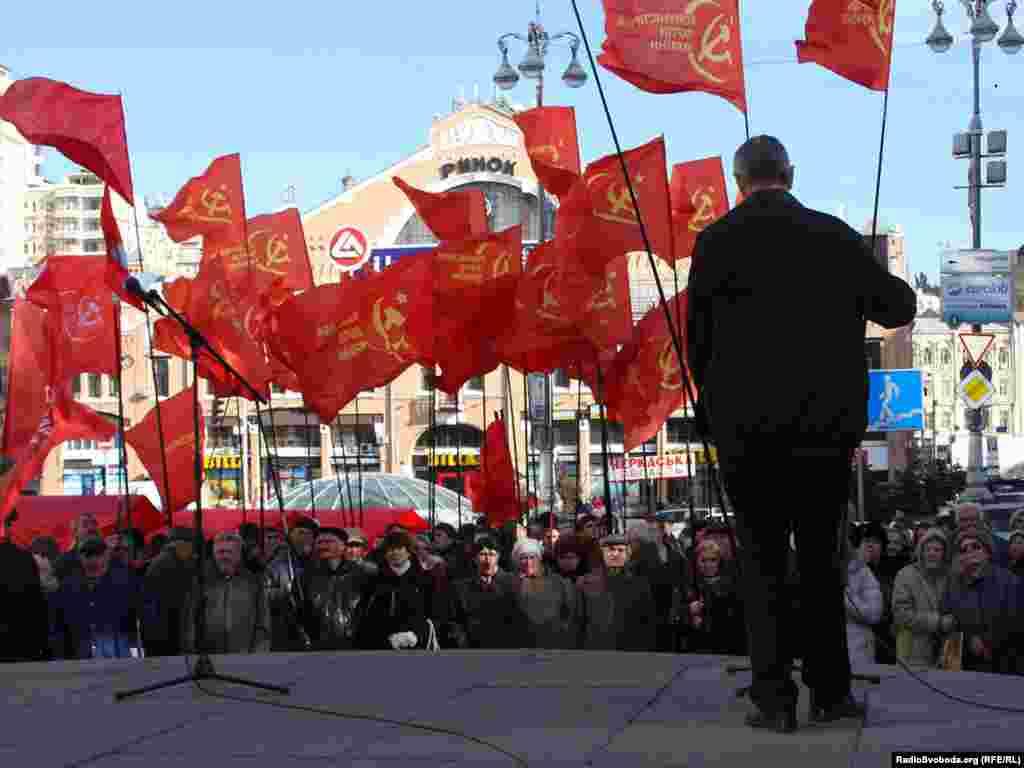 Близько 150 прихильників КПУ протестують проти визнання Української повстанської армії, Київ, 14 жовтня.Photo by Olesya Bortniak for RFERL