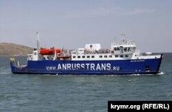Один із поромів компанії «АнРуссТранс» відходить із українського боку Керченської протоки в бік Росії, фото 2015 року