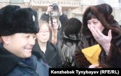 Оппозиционный политик Маржан Аспандиярова разговаривает с полицейским в момент когда вручают повестки в административный суд. Алматы, 30 января 2012 года.