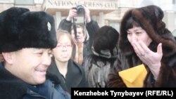 Маржан Аспандиярова, одна из оппозиционных политиков (справа), Алматы, 30 января 2012.