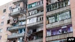 Ndërtesa e dëmtuar nga luftimet në qytetin Sllovjansk në pjesën lindore të Ukrainës