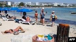 Архивска фотографија: Туристи на плажа во Аја Напа во југоисточен Кипар
