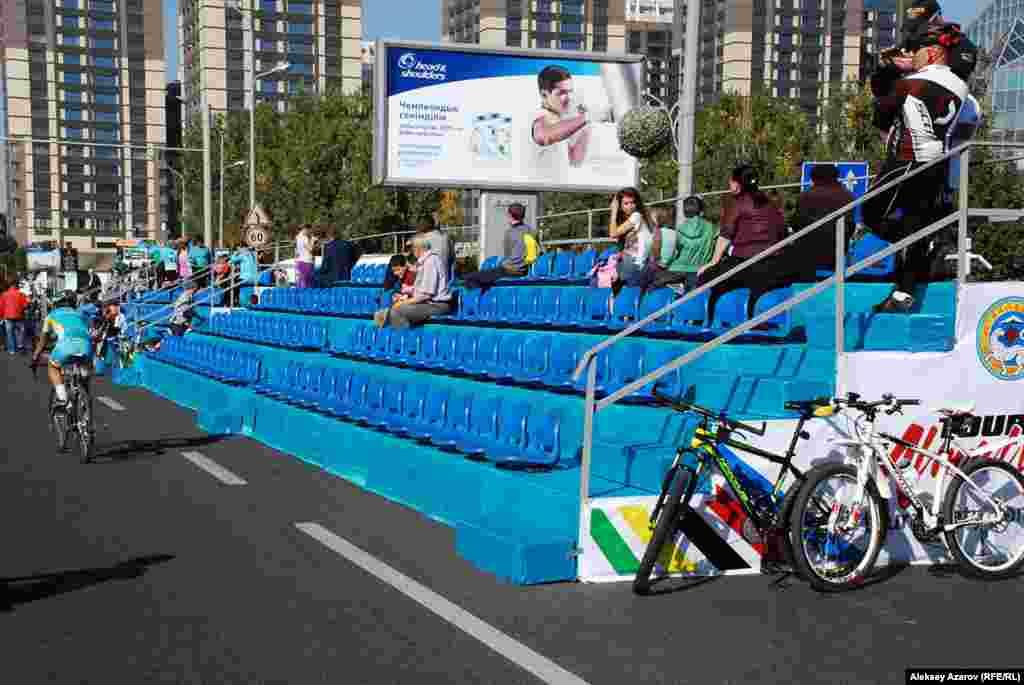 Ближе к проспекту Аль-Фараби установили трибуну для зрителей. Более или мене заполненной она стала к концу велогонки «Тур Алматы». В остальное время почти пустовала.