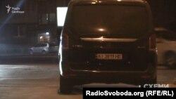 Автомобіль супроводу Олександра Грановського біля бокового заїзду до АП