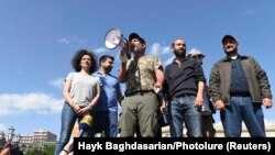 Пашинян демонстранттар менен. 23-апрель, 2018-жыл