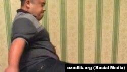 Сотрудник узбекской милиции, избивающий мужчину транссексуала.