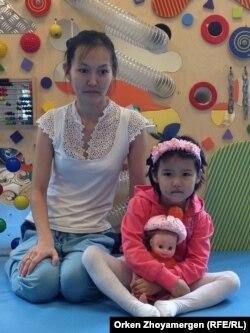 Гауһар Төлебаева қызы Дилярамен ойын бөлмесінде отыр. Астана, 13 қыркүйек 2013 жыл.
