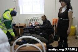 Доставленные в амбулаторию дети с жалобами на самочувствие и их родители. Западно-Казахстанская область, 4 декабря 2014 года.