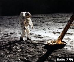 "Участник миссии ""Аполлон-1"" Эдвин ""Базз"" Олдрин на Луне, 1969 год"