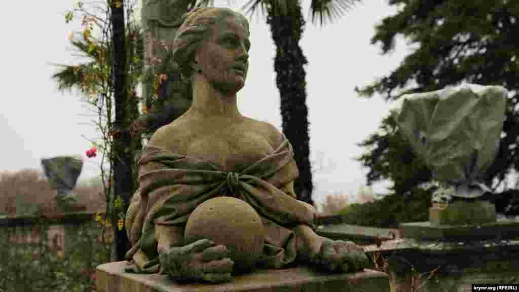 Фигура сфинкса на крыльце дворца