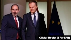 Armenian Prime Minister Nikol Pashinian (left) and European Council President Donald Tusk in Brussels on March 5.
