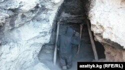 Көмүр шахталарынын биринде өз алдынча көмүр казган адам. Кыргызстан