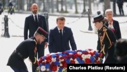 Президент Франции Эммануэль Макрон возлагает венок к памятнику Шарлю де Голлю. Париж, 8 мая 2020 года.