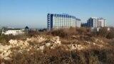 Ділянка під будівництво торгового центру і багаторівневого паркінгу поруч із парком Перемоги в Севастополі. На задньому плані – п'ятизірковий готель «Аквамарин»