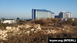Участок под строительство торгового центра и многоуровневого паркинга рядом с парком Победы в Севастополе. На заднем плане – пятизвездочный отель «Аквамарин»