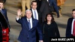Американскиот потпретседател Мајк Пенс и неговата сопруга Карин по пристигнувањето во Тел Авив, 21.01.2018.