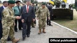 Президент Петр Порошенко во время посещения войсковой части, 28 мая 2016