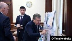 Президент Мирзиëев Соғлиқни сақлаш вазири билан соҳадаги вазиятни муҳокама қилмоқда.