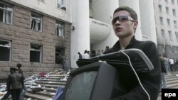Moldova -- A young man carries a stolen TV, property of parliament during the anticommunist demonstration in Chisinau, 07Apr2009
