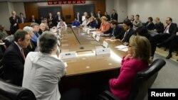Гілларі Клінтон (попереду праворуч) провела щотижневе засідання помічників держсекретаря, 7 січня 2013 року
