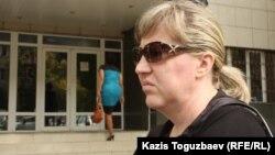 Игорь Захаропулоның әйелі Ольга Алмалы аудандық сотына келді. Алматы, 27 қыркүйек 2013 жыл.