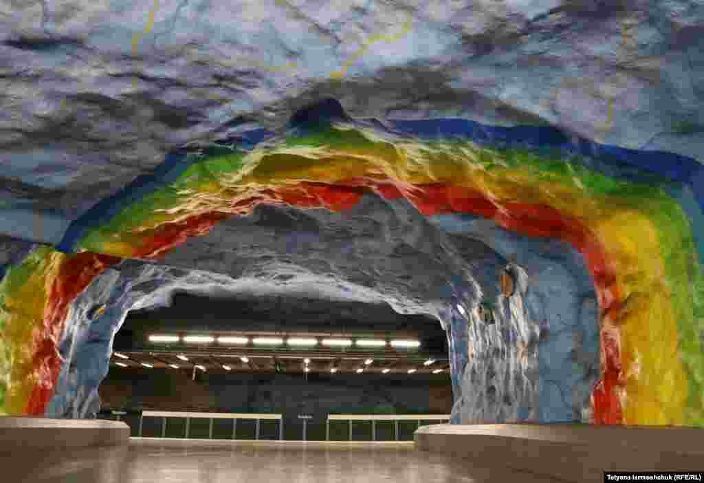 Станция Stadion украшена изображением радуги и других ярких фигур. Открыта в 1973 году и расположена на глубине 25 метров.