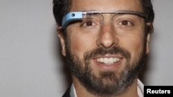 Основатель Google Сергей Брин в очках Google Glass во время New York Fashion Week. 9 сентября 2012 года.
