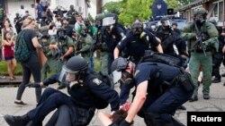 Батон-Руж шаарында демонстрантты полиция кармаган учур. 10-июль, 2016-жыл.