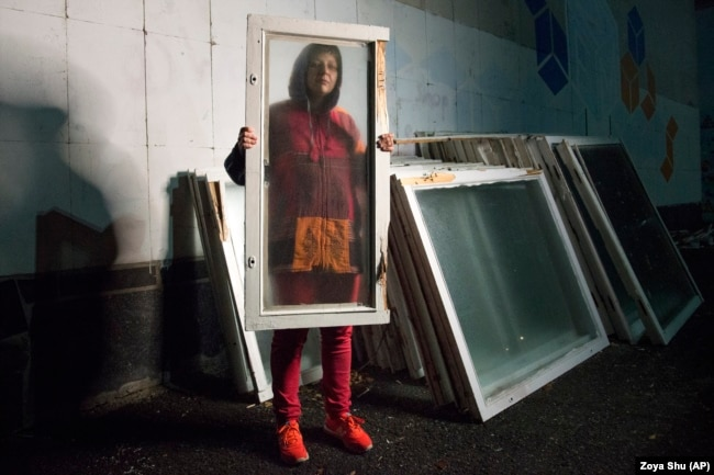"""Ольга просит не называть ее фамилию, так как до сих пор опасается за свою жизнь. Она оказалась в плену у сепаратистов в родном Алчевске в августе 2014 года. За менее чем две недели, которые она провела в плену, ее трижды пугали казнью, а однажды даже забросили за пазуху гранату. Один из сымитированных расстрелов слышали ее близкие сразу после задержания. Через 10 дней после """"ареста"""" ее спасла подруга, которой удалось добиться освобождения Ольги"""