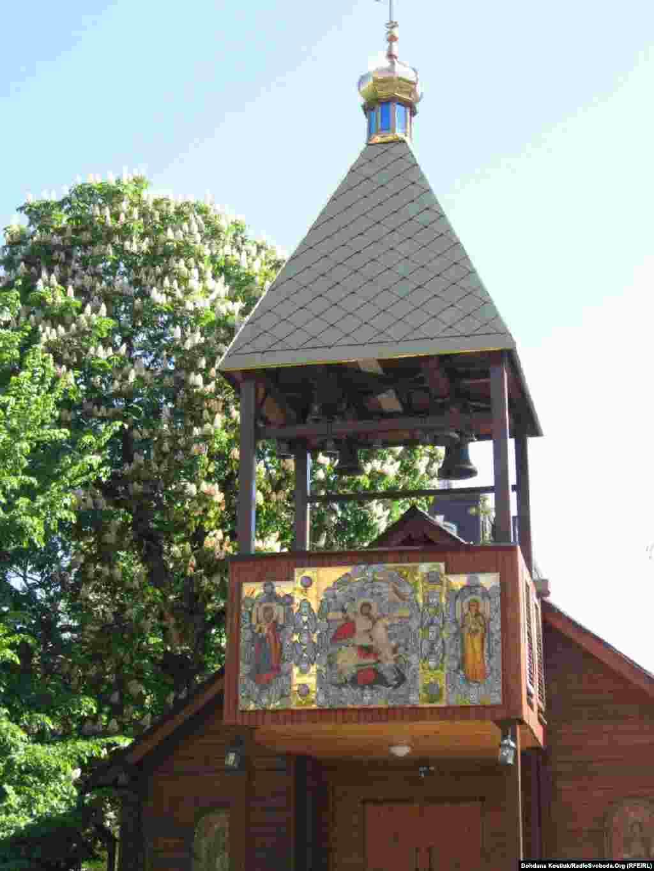 Церква Святого Юрія (з новою іконою над входом)