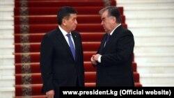 Кыргызстандын президенти Сооронбай Жээнбеков менен Тажикстандын мамлекет башчысы Эмомали Рахмон.