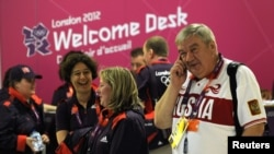 Londonyň Heathrow aeroportunda Olimpiada oýunlaryna gatnaşyjylar garşy alynýar, 16-njy iýul, 2012