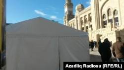 """Палатка для праздничной ярмарки возле станции метро """"28 мая"""". Баку"""