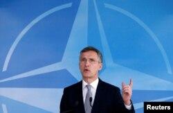 Генеральный секретарь НАТО Йенс Столтенберг выступает после завершения заседания Совета НАТО-Россия