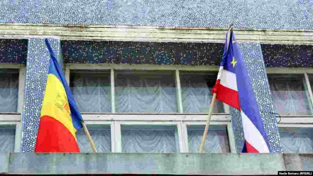 Drapelul de stat al Republicii Moldova și drapelul autonomiei găgăuze