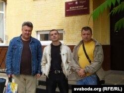 Алесь Чаркашын (у цэнтры) разам з прадпрымальнікамі Віктарам Чайкоўскім (зьлева) і Ўладзімерам Катрычам