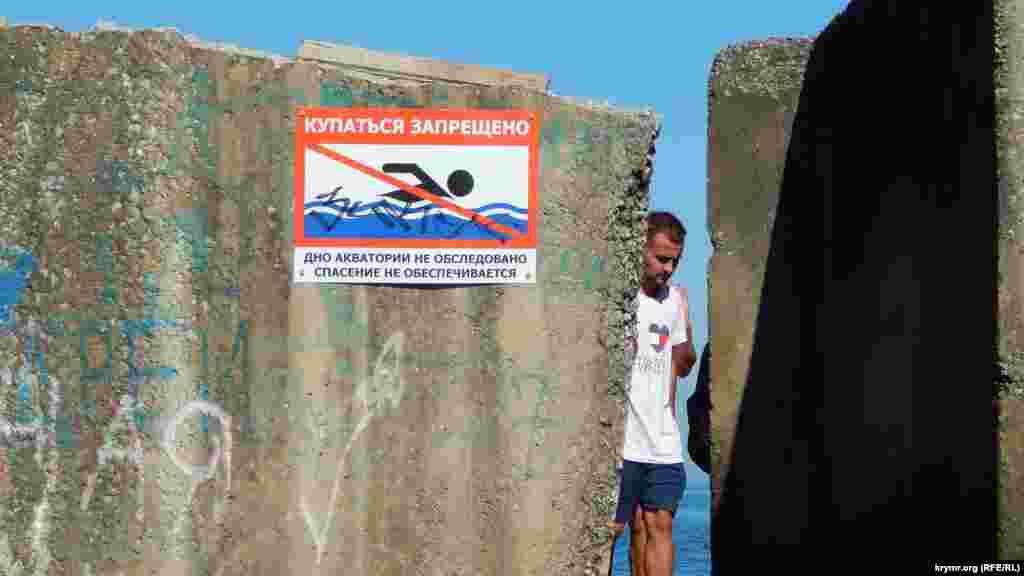 Алушта – приморський курорт. Протяжність берегової лінії тут, зайнятої переважно природними піщаними пляжами, становить понад 40 км.  Кореспондент Крим.Реалії вирушив на прогулянку центральною набережною Алушти і зафіксував усе на фото