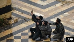 Бійці сирійських проурядових сил роблять селфі у дворі древньої мечеті Омейядів у Старому місті Алеппо, 13 грудня 2016 року